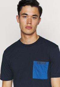 Calvin Klein - CONTRAST POCKET  - T-shirt z nadrukiem - blue - 3