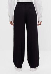 Bershka - MIT WEITEM BEIN - Trousers - black - 2