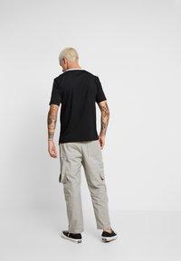 Calvin Klein Jeans - MONOGRAM TAPE TEE - T-shirt imprimé - black beauty/white tape - 2