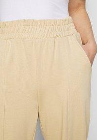 ONLY Petite - ONLDEA DETAIL PANTS - Tracksuit bottoms - warm sand - 4