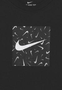 Nike Sportswear - SWOOSHFETTI - Camiseta estampada - black - 2