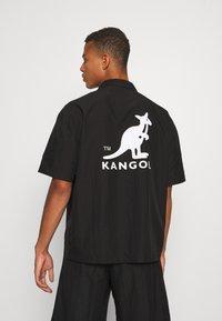 Kangol - HAWAII - Koszula - black - 3
