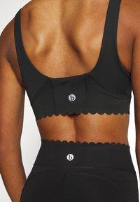 Cotton On Body - PLUNGE SCALLOP CROP - Sujetador deportivo - black - 5