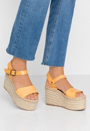 Sandály na vysokém podpatku - mustard