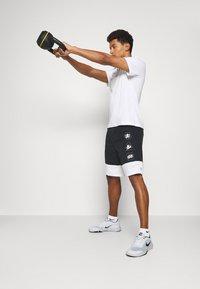 Nike Performance - TEE TRAINING - T-shirt med print - white - 1