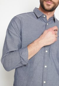 TOM TAILOR - REGULAR ORGANIC DOBBY - Shirt - navy chambray with white - 7