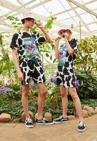 AS IF Clothing - COWDELIC TEE UNISEX - Camiseta estampada - black/white - 1