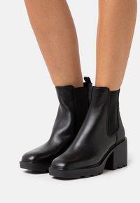 MICHAEL Michael Kors - KEISHA BOOTIE - Kotníkové boty na platformě - black - 0