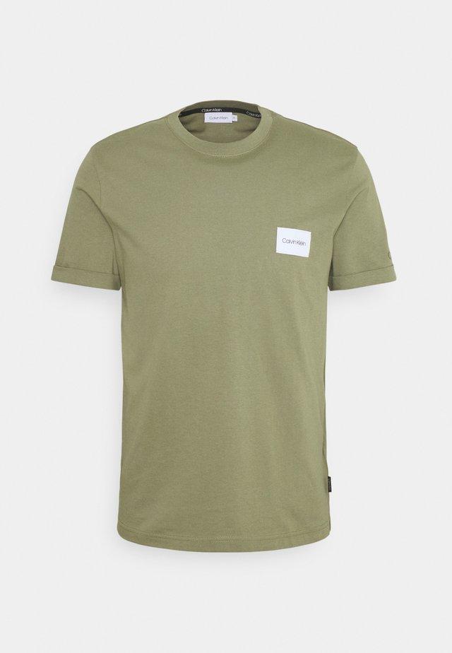 TURN UP LOGO SLEEVE - T-shirt basique - green