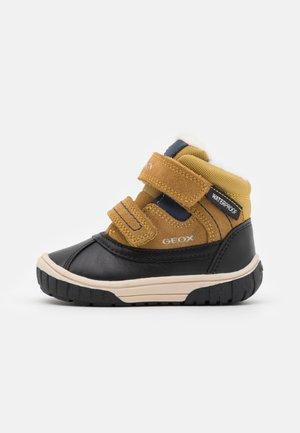 OMAR BOY WPF - Winter boots - yellow/blue
