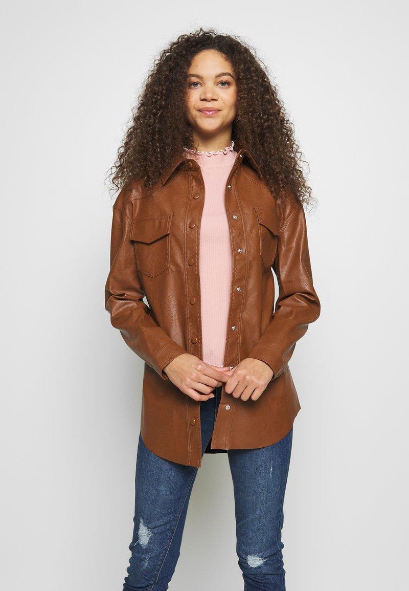 Glamorous Petite - Chaqueta fina - brown