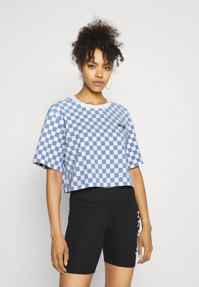 CHESSBOARD TEE - Print T-shirt - white/blue