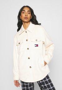 Tommy Jeans - FRONT POCKET BADGE SHACKET - Summer jacket - sugarcane - 0