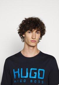 HUGO - DOLIVE - Print T-shirt - dark blue - 3