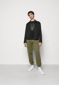 KARL LAGERFELD - CREWNECK - Print T-shirt - black - 1