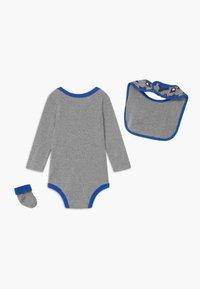 Nike Sportswear - SPORT FUTURA UNISEX SET - Dárky pro nejmenší - grey - 1