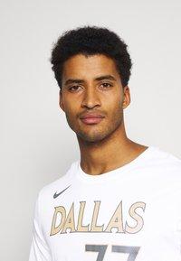 Nike Performance - NBA DALLAS MAVERICKS LUKA DONCIC CITY EDITION NAME NUMBER TEE - Equipación de clubes - white - 3