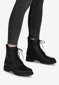 Tamaris - Šněrovací kotníkové boty - black uni - 0