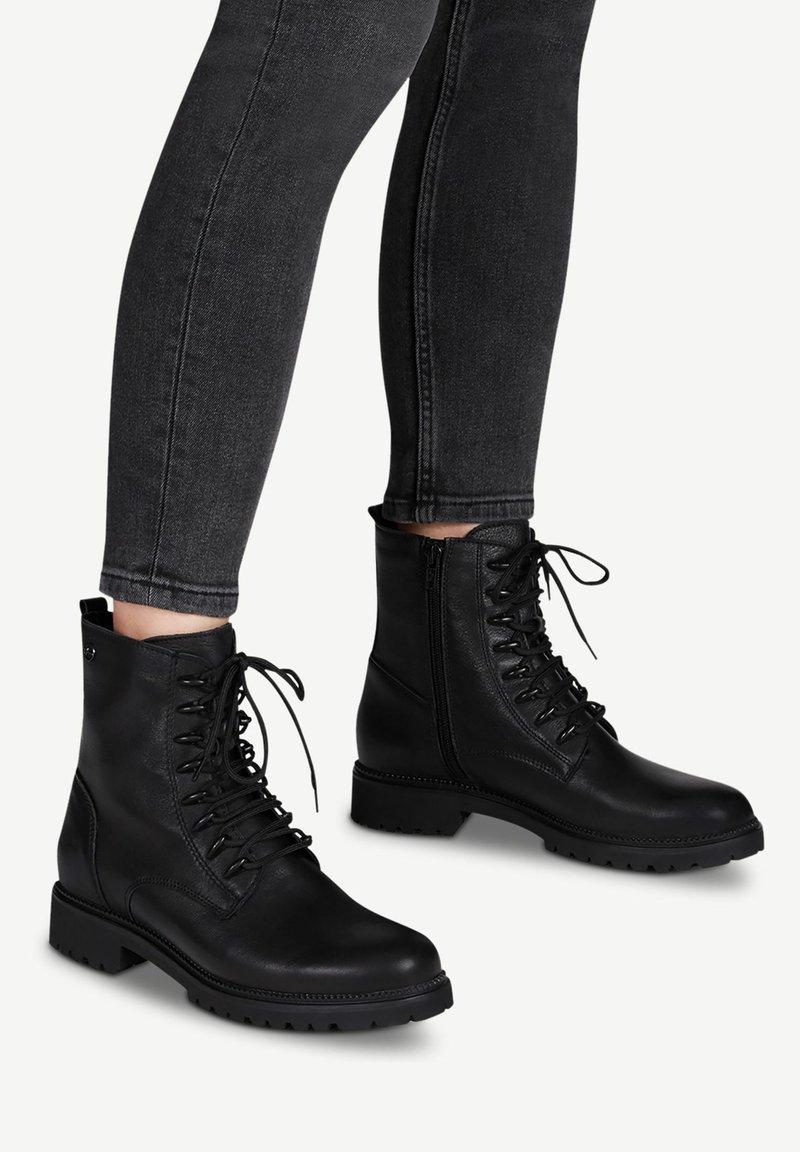Tamaris - Šněrovací kotníkové boty - black uni