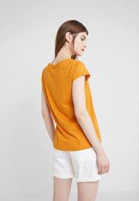 DRYKORN - AVIVI - Basic T-shirt - curry - 2