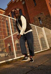 adidas Originals - ZX 2K BOOST UNISEX - Matalavartiset tennarit - core black/clear onix/clear brown - 0