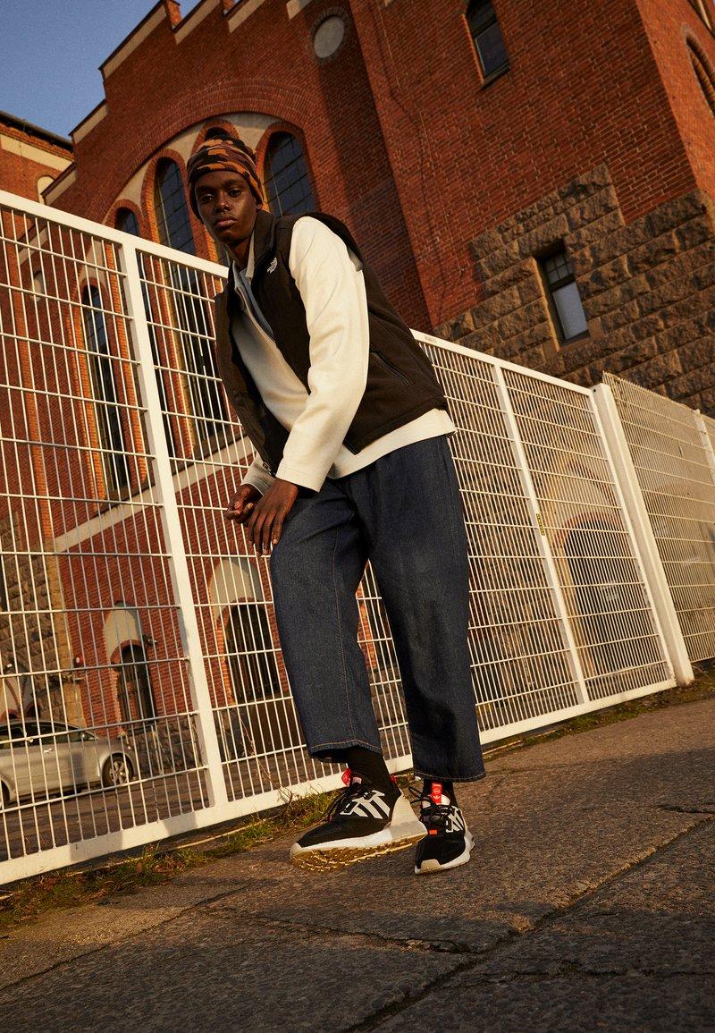 adidas Originals - ZX 2K BOOST UNISEX - Matalavartiset tennarit - core black/clear onix/clear brown