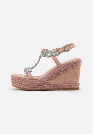 Sandály na platformě - old pink