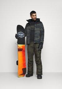 Brunotti - KITEBAR CAMO MENS SNOWPANTS - Zimní kalhoty - pine grey - 1