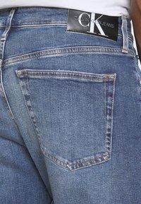 Calvin Klein Jeans - SLIM TAPER - Zúžené džíny - denim medium - 4