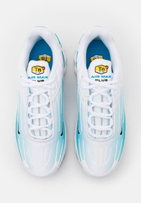 Nike Sportswear - AIR MAX PLUS III - Tenisky - white/black/laser blue/enigma stone/glacier ice - 3