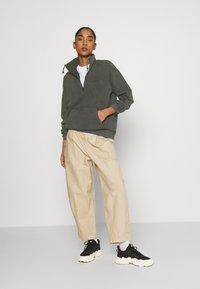 Carhartt WIP - MOSBY SCRIPT HIGHNECK - Sweatshirt - black - 1