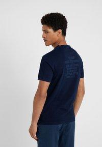 Belstaff - COTELAND  - T-shirt imprimé - indigo - 2
