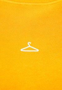 Holzweiler - HANGER CREW UNISEX - Sweatshirt - orange - 8