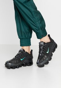 Nike Sportswear - NIKE AIR VAPORMAX 360 - Sneakersy niskie - black/anthracite/metallic dark grey - 0