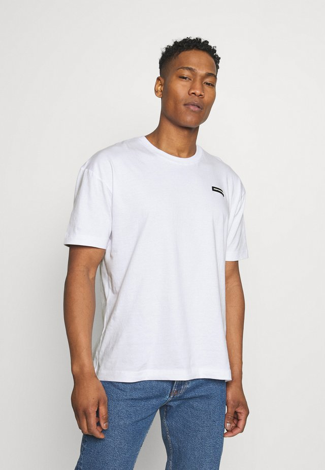 ESSENTIAL WITH RUBBER BADGE - T-shirt basic - white