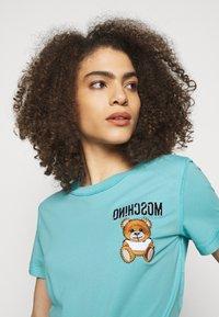 MOSCHINO - Print T-shirt - fantasy light blue - 4