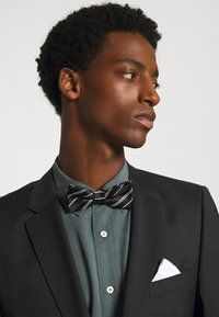 Only & Sons - ONSTRIPP STRIPE BOWTIE SET - Pocket square - black/white - 0