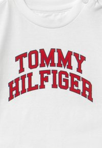 Tommy Hilfiger - BABY TEE - Long sleeved top - white - 2