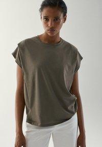 Massimo Dutti - MIT ZIERFALTEN AN DEN SCHULTERN - Basic T-shirt - khaki - 1
