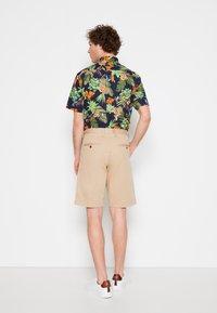 GANT - RELAXED - Shorts - dark khaki - 2