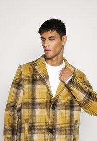 Mennace - MIX BOLD YELLOW CHECK  - Classic coat - yellow - 4