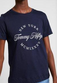 Tommy Hilfiger - NECK TEE - T-shirt imprimé - blue - 4