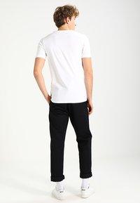 Only & Sons - ONSBASIC SLIM V-NECK - T-shirt - bas - white - 2