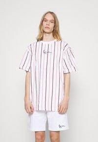 Karl Kani - SMALL SIGNATURE PINSTRIPE TEE - T-shirt med print - white - 0