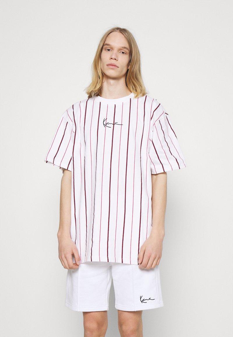 Karl Kani - SMALL SIGNATURE PINSTRIPE TEE - T-shirt med print - white
