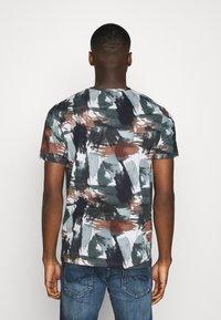Jack & Jones PREMIUM - JPRBLASTOKE TEE CREW NECK - T-shirts print - smoked - 2