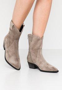 Kennel + Schmenger - EVE - Cowboy/biker ankle boot - taupe - 0