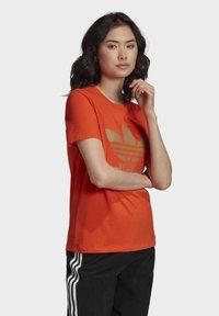 adidas Originals - TREFOIL TEE - T-shirt print - energy orange/cardboard - 2