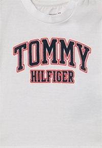 Tommy Hilfiger - UNISEX - T-shirt imprimé - white - 2