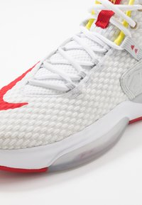 Nike Performance - ZOOM RIZE - Basketbalové boty - white/red orbit/aurora green - 5